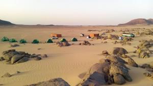 Teltlejren ved Tombos. Foto (c) Lise Manniche. Klik på billedet for at se det i stor udgave.