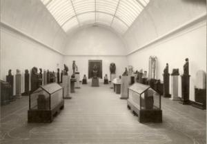 Sal 1 før 1912 med kister og Anubis i centrum